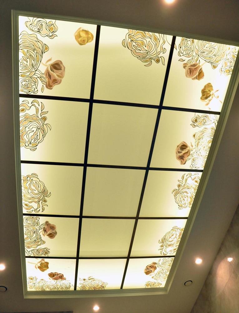 Витраж с подсветкой на потолке