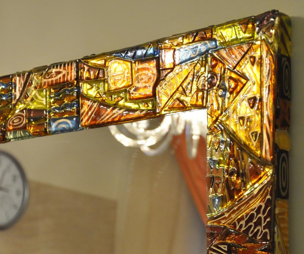Декоративная рама для зеркала изготовлена по технологии фьюзинг из витражного стекла